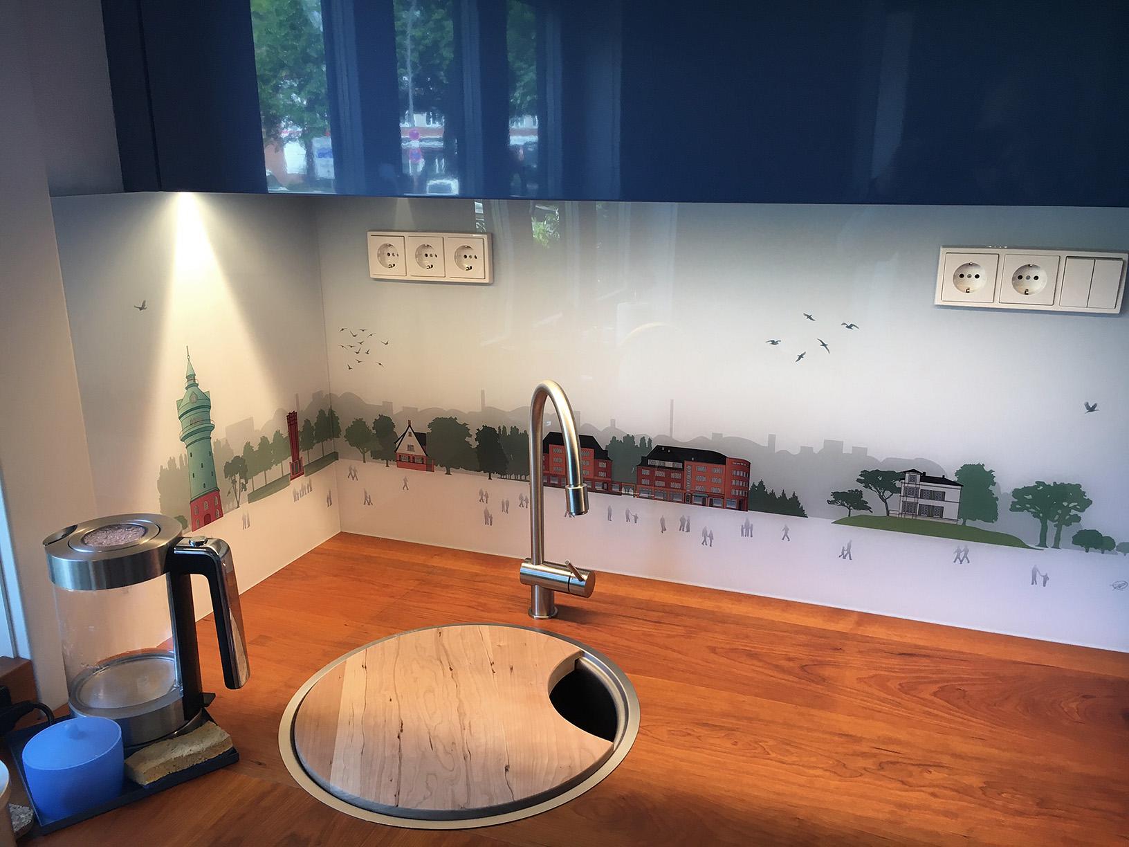 Zweiteiliges Lokstedt Panorama Personal als Spritzschutz in einer frisch renovierten Küche